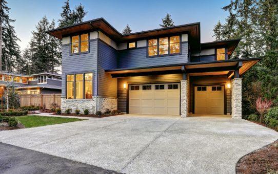 モダンなスタイルの青い家